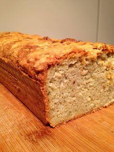 Dit keer een lekker hartig brood, voor bij de lunch. Heerlijk bij een warme kop soep of gewoon zomaar.....Ok de parmezaan is niet 100% Paleo maar wel lekker.