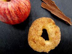 Beignets croustillants pomme cannelle sont parfumés et tendres à l'intérieur. Ils ne sont pas trop gras car le choc pâte glacée/huile bouillante ne laisse pas le temps à la graisse de s'infiltrer dans le beignet. Une vraie fête pour le palais pour une recette assez facile à réaliser.