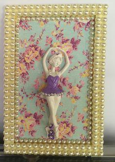 Lindo quadro em mdf revestido com tecido e pérolas.    Possui aplique em resina de bailarina.
