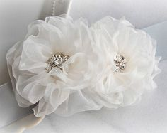 Marco novia gris con flores de color blanco o por TheRedMagnolia
