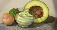 1 abacate (manteiga) - 1 lata de leite condensado - Gotas de limão - Limão para decorar