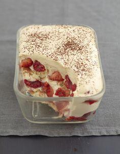 Lavez puis coupez les fraises en dés et les framboises en deux. Dans un saladier, battez la crème fleurette en chantilly. Réservez au réfrigérateur. Faites fondre le chocolat cassé en carrés au four micro-ondes 1 min et 30 s à 500W. Ajoutez le mascarpone