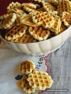Ćerka mi se zaželela bakinih galeta. Evo bakinog kolača ali onakav kakav ga je pravila oduvek. Nisu mekane, čvrste su poput keksa. Ovo je stari osnovni recept za galete i jednostavno sam morala da ga zapišem da ne padne u zaborav . Waffle Biscuits, Waffle Cookies, Cake Cookies, Baking Recipes, Cookie Recipes, Dessert Recipes, Puff Pastry Desserts, Kolaci I Torte, Torte Cake