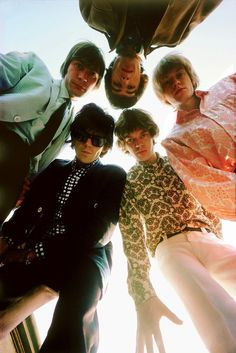 Listen to music from The Rolling Stones like Paint It Black, Gimme Shelter & more. Find the latest tracks, albums, and images from The Rolling Stones. The Rolling Stones, Keith Richards, Mick Jagger, Beatles, Rock Internacional, Mundo Hippie, Shotting Photo, Band Photography, Photography Ideas