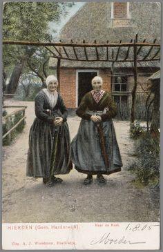 Twee vrouwen in Hierdense streekdracht.