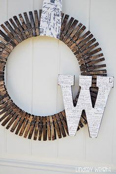 Inspiring Creations: Clothespin Wreath - Diy and crafts interests Diy Monogram, Monogram Wreath, Crafts To Sell, Diy And Crafts, Crafts For Kids, Handmade Crafts, Decor Crafts, Wreath Crafts, Diy Wreath