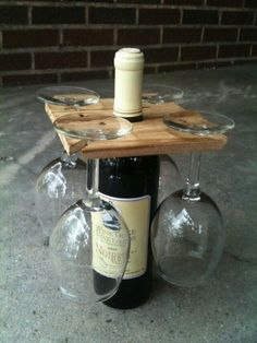 Wijn fles met vier glazen