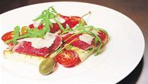 Velká část italských receptů je velmi lehká a rychlá na přípravu – třeba jako... | na serveru Lidovky.cz | aktuální zprávy Samos, Caprese Salad, Tuna, Fish, Meat, Bruschetta, Roman, Pisces, Insalata Caprese