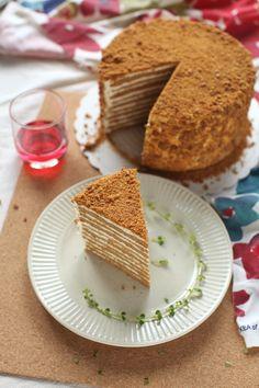 Russian Honey Cake Medovik - masam manis Medovik Recipe, Russian Honey Cake, Cake Photography, Beautiful Cakes, Asian Recipes, Telur, Bread, Food, Brot