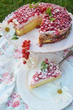 Auf süßem Baiser tummeln sich saftig, süßsaure Ribisel. Ein Kuchen wie gemacht für das nächste Gartenfest! Oder was meint ihr? Die roten Ribisel-Pünktchen sehen doch wirklich wundervoll lecker aus!…