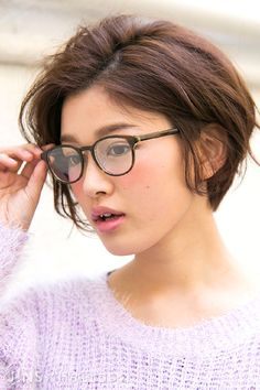 Super Hair Cuts With Glasses Outfit Ideas Short Hair Cuts For Women, Medium Hair Cuts, Medium Hair Styles, Curly Hair Styles, Short Hair Glasses, Hairstyles With Glasses, Hairstyles Haircuts, Pretty Hairstyles, Short Bob Hairstyles