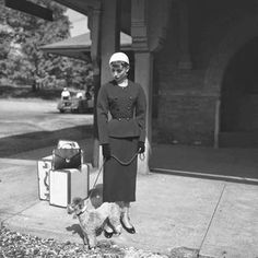 "Audrey Hepburn (as Sabrina Fairchild, with the Poodle called ""David"") photographed during the filming of ""Sabrina"" at the train station of Glen Cove (in Nassau County, on the North Shore of Long Island), New York (USA), in October Audrey Hepburn Hat, Audrey Hepburn Photos, Bette Davis, Sabrina 1954, Star Wars, Golden Age Of Hollywood, Classic Hollywood, Musa, British Actresses"