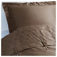 IKEA - VINRANKA, Bettwäscheset, 3-teilig, 240x220/80x80 cm, , Die Satinwebart verleiht der Baumwolle seidigen Glanz und hohe Schmiegsamkeit.Kammgarnbaumwolle sorgt für weiche, hautsympathische Bettwäsche mit besonders gleichmäßigem, glattem Gewebebild.Verdeckte Druckknöpfe am Bezug verhindern, dass die Decke herausrutscht.