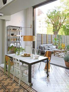 Proprietarii acestei frumoase case din Barcelona se bucură de o oază de natură și aer proaspăt prin această grădină ce se îmbină cu l...