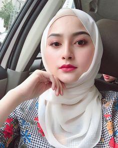 Beautiful Hijab Girl, Beautiful Muslim Women, Beautiful Asian Girls, Arab Girls Hijab, Muslim Girls, Hijabi Girl, Girl Hijab, Sweet Makeup, Modern Hijab Fashion
