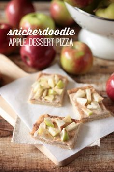 Snickerdoodle Apple Dessert Pizza - easy to make and totally screams FALL! Healthy Apple Desserts, Apple Dessert Recipes, Apple Recipes, Just Desserts, Sweet Recipes, Baking Recipes, Delicious Desserts, Yummy Food, Cat Recipes