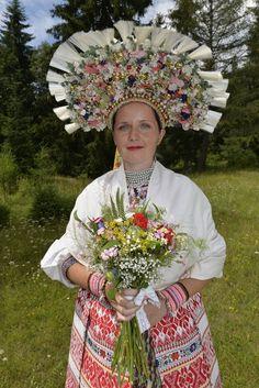 Svadobný kroj z Važca, Liptov, Slovakia The Flash, Symbols, Crown, Culture, Art, Art Background, Corona, Kunst, Performing Arts