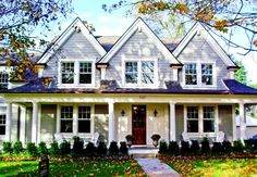 Cottage Style House With Two Tone Exterior Colors : Comfy And Warm Cottage Style House