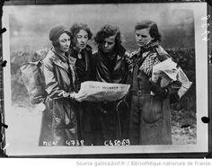 Les marcheuses de la faim lisant un journal communiste : [photographie de presse] / Planet - 1932