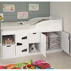 Modernidade, beleza e praticidade. Esses itens são essenciais nos quartos para os jovens. Pensando nisso, contamos com uma seleção de móveis com design diferenciado e estilo para todos os gostos.