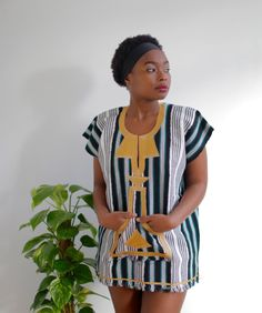 This Batakari/ Smock is a traditional dress from Ghana. The beautiful colors and soft fabric makes this lightweight smock perfect on any day. Easy to style with jeans or over your bikini. With embroidered design on the pocket. African Fashion Ankara, African Print Fashion, African Wear, African Dress, Fashion Prints, African Prints, Chic Outfits, Fashion Outfits, Women's Fashion