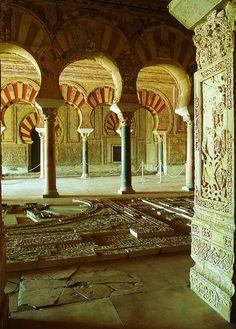 Medina Azahara - Conjunto Arqueológico - cordobaturismo.es Islamic Architecture, Beautiful Architecture, Beautiful Buildings, Art And Architecture, Most Beautiful Cities, Beautiful Places To Visit, Medina City, Horse Pictures, Moorish