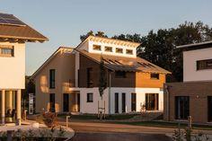 Die letzten Strahlen der Abendsonne werden dank Lichtbändern des versetzten Pultdachs noch eingefangen. Foto: Velux GmbH