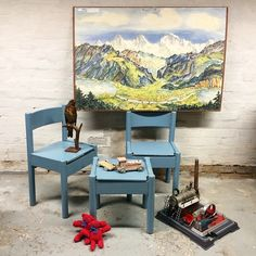 Blue.... www.elseschneider.com Fine små stole til børneværelset - kunne nok godt trænge til få opfrisket malingen, men meget charmerende som de er - sæde 34 cm D 27 B 32 H 57 pr stk 175kr - lille bord H 32 B 27 D 32 cm 95kr - anskuelsestavle 'Alpelandskab' 450kr