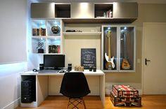 Um belíssimo quarto, cheio de personalidade em apartamento em Icaraí, projeto realizado pela Romanzza Niterói/RJ, assinado pelo escritório da dupla a arquiteta Carol Siggelkowe e da designer de interiores, Paula Motta. Fotografia: Nathalia Felix