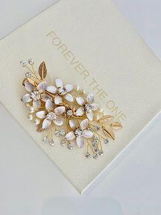 Bridesmaid Hair Updo, Wedding Bridesmaids, Wedding Dresses, Wedding Hair Pins, Hair Vine, Pearl Hair, Floral Style, Gold Pearl, Hair Comb