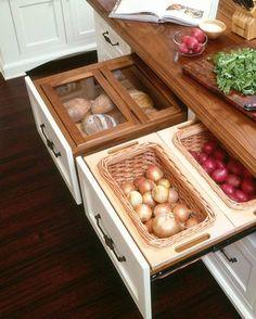 Gavetas funcionais. #cozinha Pinterest:  http://ift.tt/1Yn40ab http://ift.tt/1oztIs0  Imagem não autoral 
