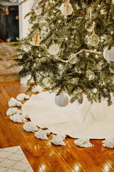 boho christmas tree DIY Tasseled Tree Skirt for a Simple Christmas Tree Diy Christmas Decorations, Diy Christmas Tree Skirt, Christmas Tree Themes, Christmas Crafts, Merry Christmas, Holiday Decor, White Christmas, Christmas Tree Simple, Christmas Ideas