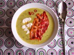 Aneta Goes Yummi: ♥Dokonalá cuketová polievka♥ Cheeseburger Chowder, Hummus, Zucchini, Food And Drink, Ethnic Recipes, Fit, Soups, Tables, Gardens