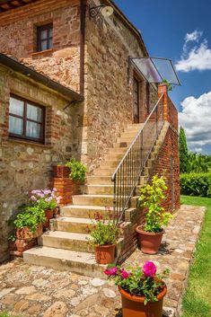 64 Outdoor Steps with Flower Planters and Pots Ideas Outdoor Steps with Flower Planters and Pots Ideas (Pictures) It does need to fully occupy all steps to make it pleasing. A few pots with roses and other flowers is enough to fix an average view. Outdoor Steps, Outdoor Cafe, Cozy Backyard, Backyard Retreat, Rest House, House In The Woods, Greece Architecture, Stairs And Doors, Hacienda Homes
