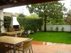Jardín sencillo con barbacoa
