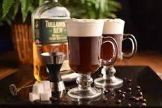 Irish Coffee Rendimento: 1 dose.  Ingredientes: 1 colher (sopa) de açúcar demerara 30ml de Reserva 51 Única 150ml de Café quente e forte 50ml de creme de leite fresco levemente batido à mão ( não precisa ser ponto de Chantilly) ou Chantilly pronto. Modo de preparo: Com água quente, aqueça a taça própria para Irish Coffe ou para hot drink. Coloque o açúcar, o whisky e mexa para dissolver bem. Acrescendente delicadamente o café e por cima derrame o chantilly. Credit Photo: Google.