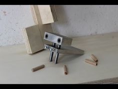 dima per spinatura legno fai da te (homemade doweling jig) Wooden Projects, Wooden Crafts, Diy And Crafts, Dowel Jig, Diy Router, Homemade Tools, Wood Tools, Woodworking Shop, A Table