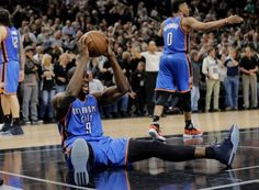 Oklahoma City Thunder frente Serge Ibaka (9) celebra as equipes conquistar o San Antonio Spurs no jogo 2 da segunda rodada da NBA séries de basquete playoff, segunda-feira, 2 maio, 2016, em San Antonio.  Oklahoma City venceu 98-97.  (AP Photo / Eric Gay) Foto: Eric Gay, Associated Press / AP