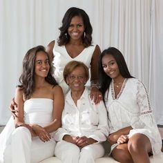 Former First Lady Michelle Obama with the ladies of her family, her mother Marion Robinson and daughters Sasha and Malia Obama. Wow look at… Michelle Obama Mother, Michelle Et Barack Obama, Michelle Obama Fashion, Malia Obama, Barack Obama Family, Obamas Family, Beautiful Family, Black Is Beautiful, Gorgeous Lady