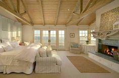 Desejando uma lareira como esta no momento! ⛄❄️☃️ E um quarto com vista para o mar também. Rsrsrs, seria pedir muito??