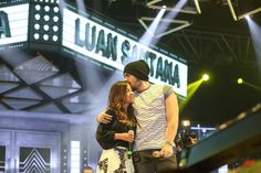 FCO - A BÚSSOLA: Luan Santana faz dueto com cantora e dá beijo carinhoso nela: 'Muito querida'