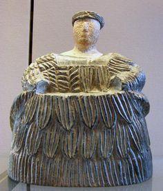 Kaunakes: Trajes de piel o tejidos a mechones, de carácter ritual, presentes en las estatuas sumerias. Es considerad uno de los primero sistemas de tejeduría.
