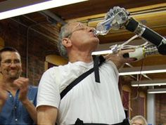 """Arriva l'era dei cyborg con """"Deka Arm"""". L'approvazione della Food and Drug Administration statunitense. Non più fantascienza, il braccio """"Luke"""" è realtà. Ora il progetto può passare finalmente dalle ricerche in laboratorio a un prodotto commerciale. Un passo avanti per i portatori di protesi?"""