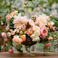 Gorgeous photos of floral arrangements to inspire you. Inspiration for your new floral tattoo to pretty floral backgrounds for your phone. Deco Floral, Arte Floral, Floral Design, Design Design, Design Ideas, Fall Flower Arrangements, Floral Centerpieces, Ranunculus Centerpiece, Blush Centerpiece