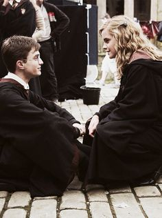 Daniel Radcliffe and Emma Watson - Harry and Hermione Harry Potter Hermione, Harry Potter World, Harry James Potter, Hermione Granger, Fantasia Harry Potter, Images Harry Potter, Mundo Harry Potter, Ginny Weasley, Harry Potter Universal