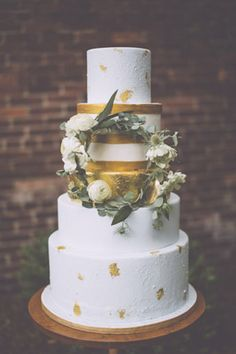 Gold leaf cake: http://www.stylemepretty.com/georgia-weddings/savannah/2014/10/14/simply-southern-savannah-inspiration-shoot-at-the-davenport-museum/ | Photography: Mackensey Alexander - http://mackenseyalexander.com/