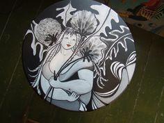 rond tafeltje beschilderd in zwart/wit