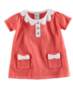 Scalloped collar.Red and white. What's not to love.
