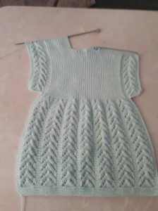 New Simple Knit Baby Dress Ideas Girls Knitted Dress, Knit Baby Dress, Knitted Baby Clothes, Baby Cardigan, Smock Dress, Baby Knitting Patterns, Knitting Designs, Baby Patterns, Dress Patterns Uk