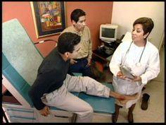 Los hombres hablan con la medica. El hombre sentado dice que se no sienta bueno. La medica pregunta ''que duele?'' El hombre contesta se duele el pie.
